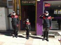 Yasağa takılan minik Azra polis ağabeylerinin bayramını böyle kutladı