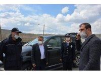 Kaymakam ve Belediye başkanı görev başındaki polislere tatlı ikramında bulundu