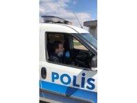 Yalova'da polis memurundan koronaya şarkı