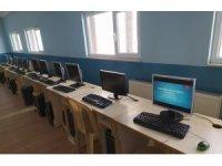 Bilişim sınıflarındaki bilgisayarlar öğrencilere veriliyor