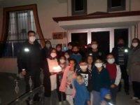Mahalle sakinlerinden polislere pasta sürprizi