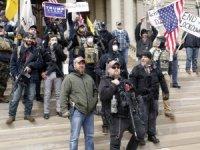 """ABD'de 'karantina kaldırılsın"""" diyen aşırı sağcılardan silahlı gösteri"""