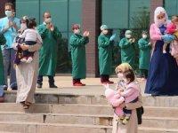 Kovid-19'u yenen 4 bebek ve 1 çocuk alkışlarla taburcu edildi