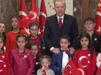Ulusa seslenen Cumhurbaşkanı Erdoğan çocuklarla birlikte İstiklal Marşı'nı okudu
