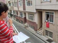 Salgın günlerinde çocukların camdan cama 'isim-şehir' oyunu