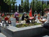 Şehit madencilerin çocukları 4 saatlik sürede babalarının mezarına koştu