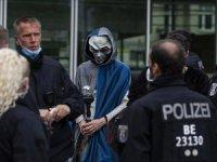 Almanya'da Kovid-19 tedbirlerini binlerce kişi protesto etti