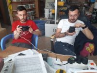 Oyun tutkunu gençler cep telefonlarına fan taktı