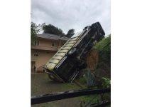 Rize'de virajı alamayan kamyon evin bahçesine devrildi