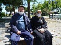 65 ve üzeri yaştaki vatandaşlar bayramda güneşli havanın keyfini çıkardı