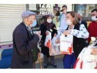 Başkan Hürriyet sokağa çıkan 65 yaş üstü vatandaşlarla bayramlaştı