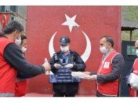 Kızılay ekibinden güvenlik güçlerine bayram ziyareti