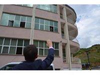 Korona hastası başkan ziyaretçilerini pencereden selamladı