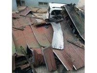 Fırtına çatıları uçurdu, dev Türk bayrağına zarar verdi