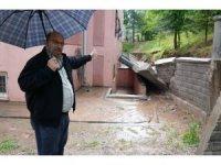 Batman'da sağanak yağış nedeni ile apartmanın istinat duvarı çöktü