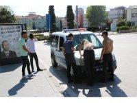 Sokakta fotoğraf çektiren 2 Afgan'a ceza yazıldı