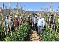 Bayramı tarlada geçiren çiftçilere ziyaret