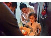Evlerinde kalan çocuklara doğum günü sürprizi