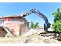 Yeşilyurt Belediyesi metruk evleri yıkıyor