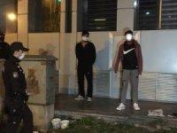 Sokakta tartıştığı arkadaşını bacağından tabanca ile vurup kaçtı
