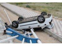 Kaza yapan otomobil üst geçitten düştü: 3 yaralı