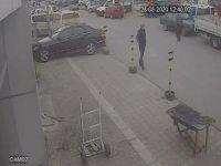 Sokağa çıkma kısıtlaması olan gençlerin sokak ortasında bıçaklı düellosu güvenlik kamerasında