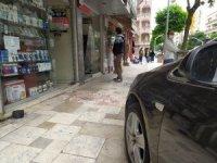 Park halindeki otomobil kendi kendine ilerleyip önce yayaya ardından dükkanın vitrinine çarptı