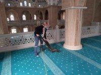 Efeler'de camiler Cuma namazı için temizlendi