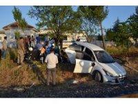 Otomobil yük trenine çarptı: 2 ağır yaralı