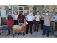 Camiler şükür için hayvan kesilerek ibadete açıldı