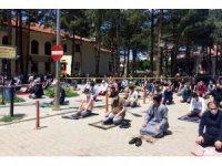 Erzincan'da sosyal mesafeli ilk cuma namazı kılındı!
