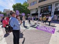 Kuşadası'da kadınlar taciz edilip dövülen hemcinsleri için eylem yaptı