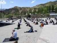 İspir'de halk pazarında cuma namazı