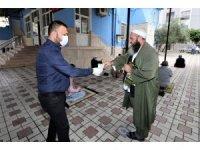 Cuma namazını kılmaya gelen vatandaşlara ücretsiz maske dağıtıldı