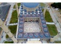 15 bin kişilik camide 750 kişi ile cuma namazı kılındı