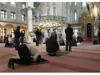 Camilerde ikindi namazı sosyal mesafeye uyularak kılındı