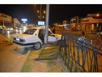 Otomobil aydınlatma direğine çarptı: 1 yaralı