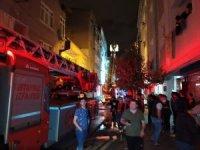 Bağcılar'da iki evin çatısı alev alev yandı