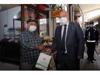 Başkan Gümüş, işyerlerini açan esnafı ziyaret etti