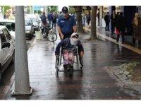 Sakarya'da engelli vatandaşa polis ekipleri yardım etti