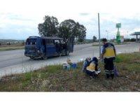 Tarım işçilerini taşıyan minibüse otomobil çarptı: 5 yaralı