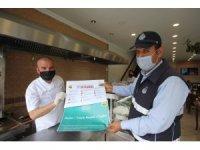 Bayburt'ta normalleşme süreciyle yeniden açılan işyerlerine uyarıcı afişler dağıtıldı