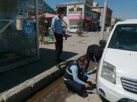 Çaldıran Belediyesi görevlileri yolda kalan aracın lastiğini değiştirdi