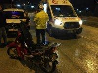 """Ehliyetsiz sürücü arkasına """"Hatalıyım sıkıyorsa ara"""" yazdığı motosikletiyle kaza yaptı"""
