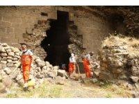 Diyarbakır Büyükşehir Belediyesi tarihi sur ve burçlarda temizlik çalışması başlattı