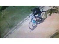 Cami musluklarıyla imamın bisikletinin çalındığı anlar kamerada