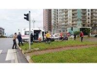 Ambulansla otomobil çarpıştı 1'i ağır 2 yaralı