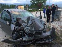 Bursa'da kontrolden çıkan otomobil duvara çarptı: 3 yaralı