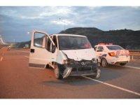 Minibüs ile otoyola ters yönden giren 6 hırsızlık şüphelisinden 4'ü yakalanarak gözaltına alındı
