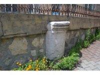 Bolu'da, Roma döneminden kalma mezar taşının cami inşaatında kullanılması tepki çekiyor